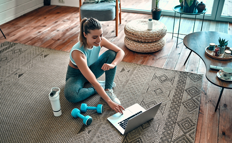 Спортсменка с  ноутбуком
